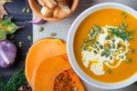 Bučna kremna juha s smetano, semeni in koprom