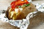 V foliji pečen krompir s hrustljavim pršutom