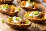 Pečene krompirjeve polovičke s slanino, sirom in kislo smetano