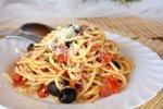 Špageti s češnjevimi paradižniki, olivami in kaprami