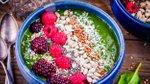 Zelena smoothie skleda s semeni in sadjem