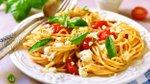 Špageti z olivnim oljem, česnom in češnjevimi paradižniki