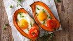V sladkem krompirju pečeno jajce