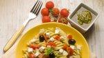 Testeninska solata s pestom, paradižniki, mocarelo in olivami