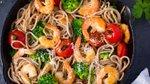 Polnozrnati špageti s kozicami in brokolijem