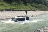 Avtomobil v reki
