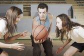 Najstnice igrajo košarko