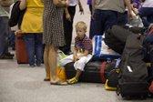 Otrok čaka na letališču
