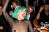 Brezbrižni Lady GaGa štrleli skozi obleko - 4