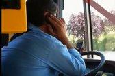 VIDEO: Voznik mestnega avtobusa v Italiji med vožnjo uporabljal kar dva mobilna telefona hkrati - 2