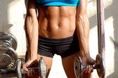 Dekle v fitnesu