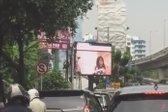 pornografski film na reklamnem zaslonu