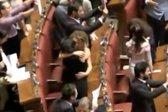 Poljubi in objemi v parlamentu