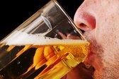 moški pije pivo