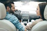 moški in ženska v avtu