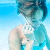 S telefonom pod vodo