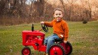 Otrok in traktor