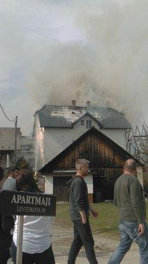 Požar na Bledu uničil gospodarsko poslopje ter del hiše, materialna škoda je velika