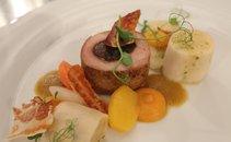 Svinjska ribica s suhimi slivami, štrukelj s skuto in pehtranom, pire iz sladkega krompirja