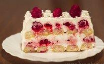 Kremna torta z malinami in piškoti