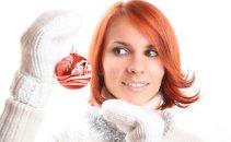 Ženska z božičnim ornamentom