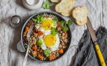 Kvinoja s sladkim krompirjem in pečenim jajcem