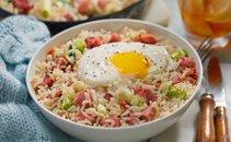 Pražen riž s šunko in pečenim jajcem