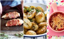 Piščančje prsi, pečen krompir in jagodni drobljenec