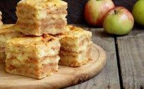Preprosto jabolčno pecivo z zdrobom