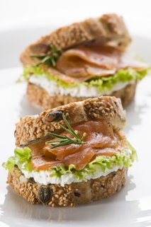 Polnozrnati kruh s prekajenim lososom
