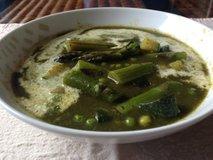 Koprive v juhi z zelenimi šparglji