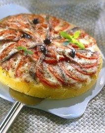 Polentna pica s paradižnikom, mocarelo in inčuni
