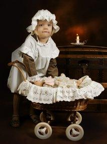 Deklica z otroškim vozičkom