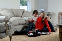 Par bere v dnevni sobi