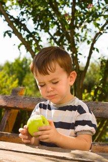 Otrok in jabolko