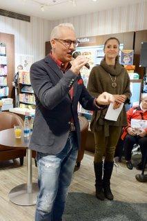 Rudolph van Veen podpisuje knjigo