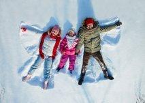 družina na snegu