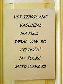 obvestilo na vratih poslanske skupine SNS