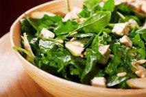 Špinačna solata s hruško in gorgonzolo