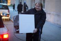 Tomaž Štih odnaša hladilnik