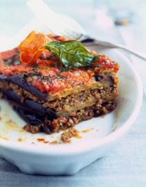 Lazanja iz jajčevcev, mletega mesa in paradižnikove omake