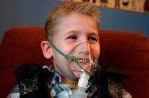 Otrok s kisikovo masko
