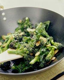 Praženje brokolija v voku