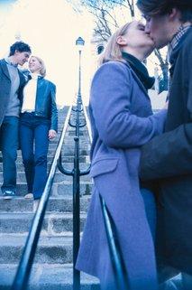 Par se poljublja v javnosti