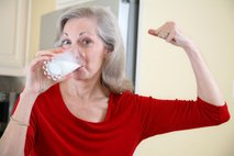 ženska pije mleko