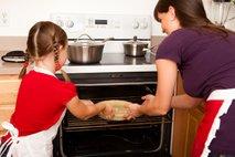 Mama in hči pečeta pito