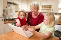 Babica in vnukinji iščejo recepte