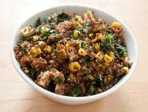 Kvinoja v solati z zelenjavo
