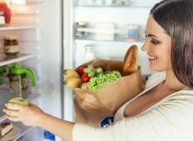 Ženska zlaga živila v hladilnik