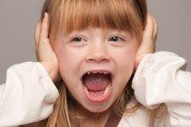 Deklica s pokritimi ušesi